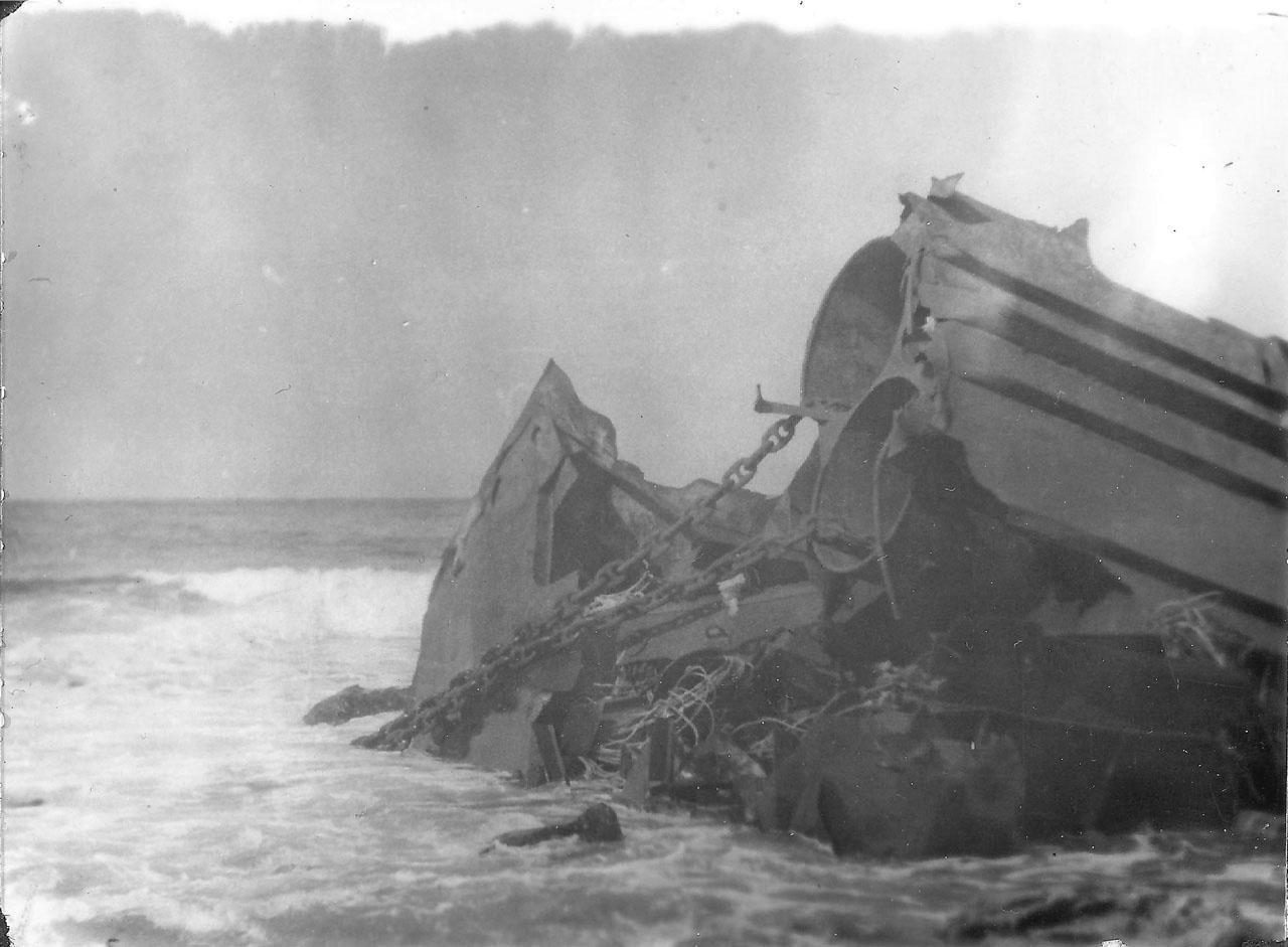 Обломок корабля на у острова Симушир, который загораживал вход в бухту Броутон.