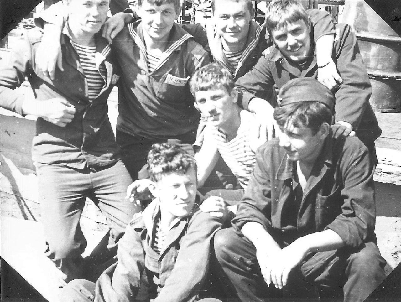 Экипаж С-221. На плавдоке возле корабля в заводе в Совгавани после боевой службы. Лето 1982 года.