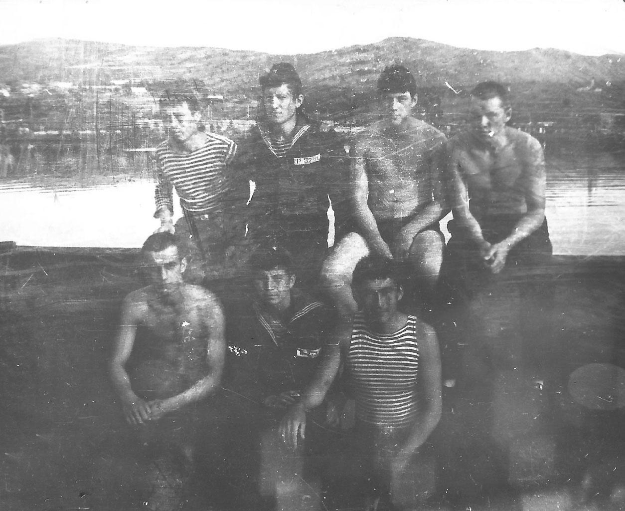 Экипаж С-221. Перекур после ужина на палубе плавбазы «Саратов».