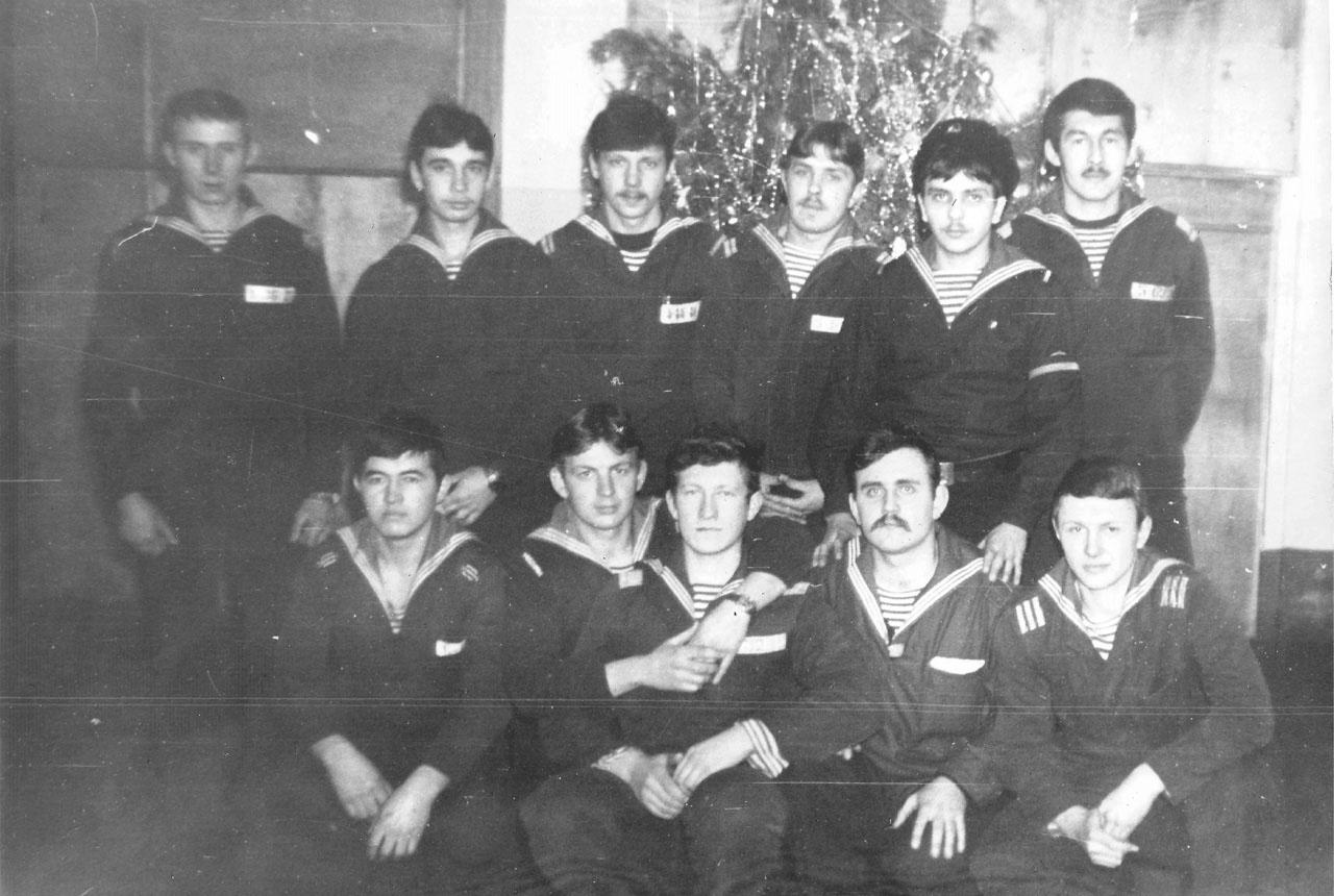 Экипаж С-221 после большой приборки перед Новым, 1983 годом. Магадан.