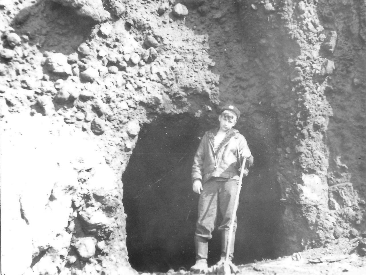 Остров Симушир. Пещера, построенная японцами. Их обнаружили 2 и обе завалены. У входа в пещеру стоит Молчанов.