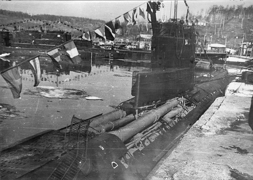 С-221 у 14-й пирса, бухта Постовая. На фото виден Шанхай, пос. Заветы Ильича. 9 мая 1982 года.