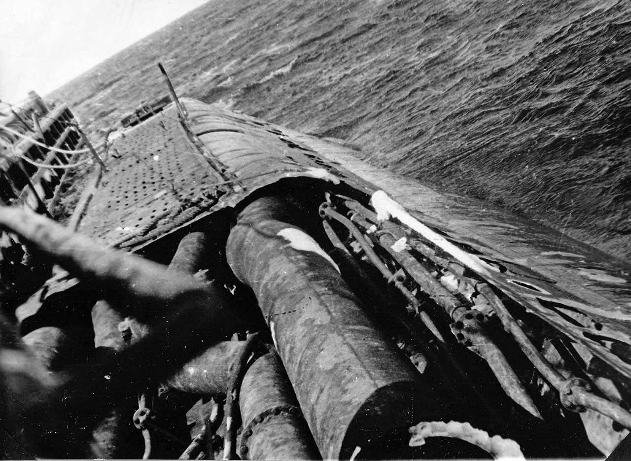 С-221. Снимок с левого борта рубки на поврежденное место после тайфуна, остров Симушир.