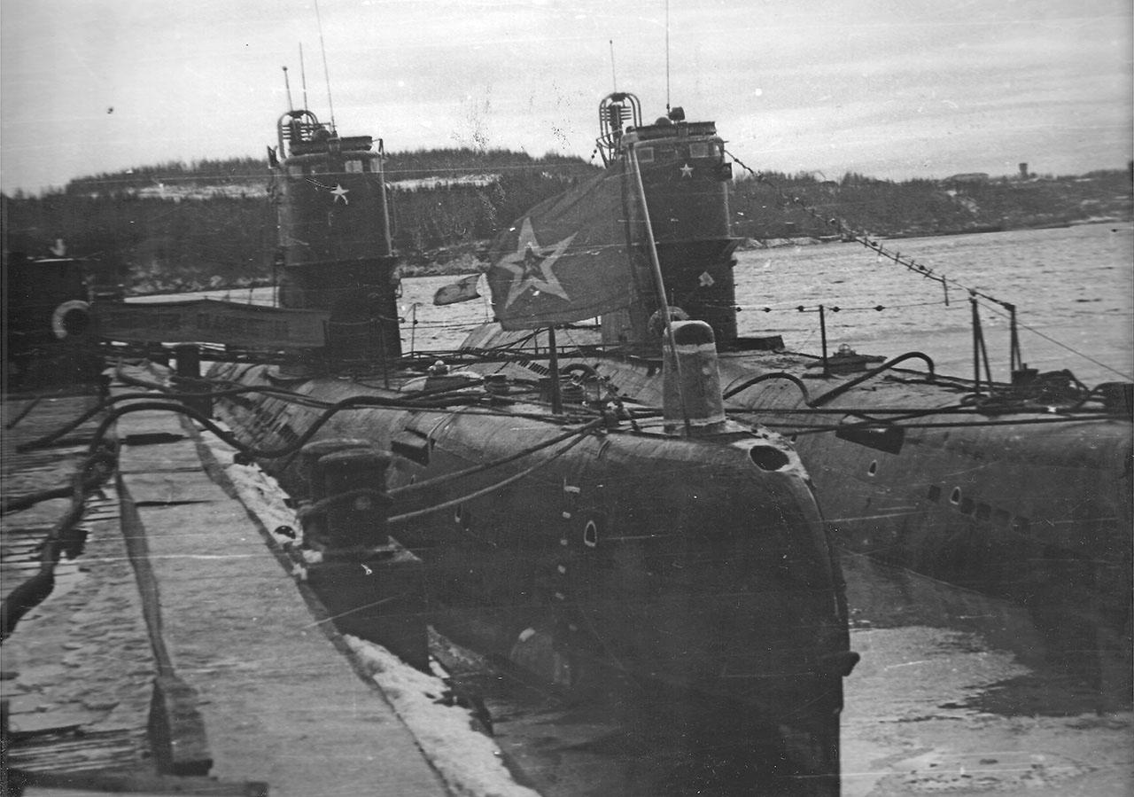 С-221 «Комсомолец Таджикистана» у пирса, лето 1981 г., бухта Постовая, п. Заветы Ильича, 90 обпл.