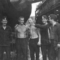 Офицеры плс «С-224» в доке во время ремонта в бухте Бяудэ: (слева направо) к-р БЧ-1 л-т Костров Ф., КМГ ст. л-т Курганов С.П., к-р БЧ-3 ст. л-т. Чубов В., ЗКПЧ ст. л-т ?, к-р пл кап. 3 ранга Кухар В.Г. июнь - июль 1976 года