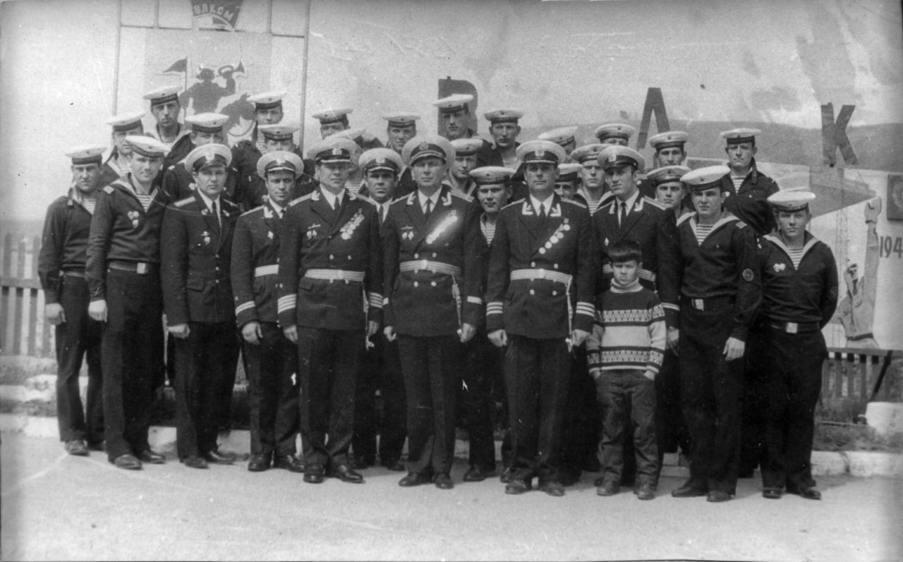 Экипаж отличной ПЛ С-263 с командиром бригады капитаном 1 ранга Усовым.