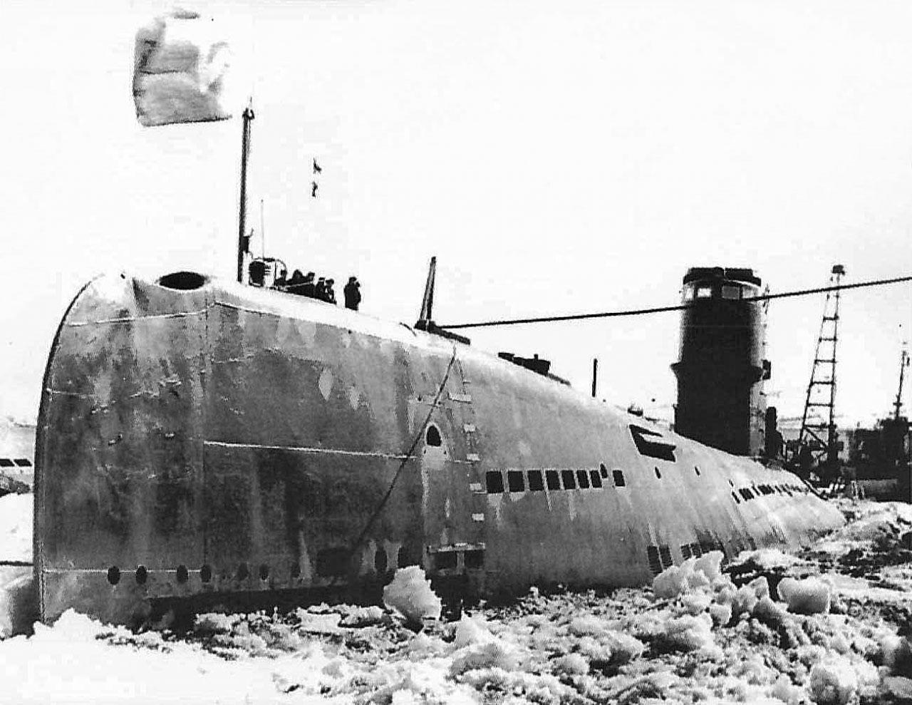 Бухта Нагаева. С-286 вмерзла в лёд.