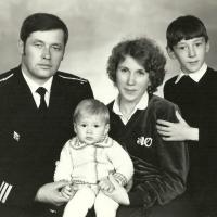 С-286. Андрей Больтд с семьей. Магадан. 1985 год.