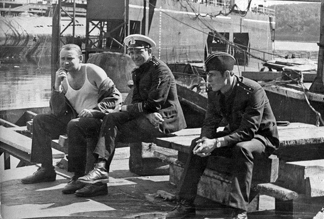 С-286. Докование, Совгавань.Крайний слева - штурман ст.л-т Степанчугов, старпом Щёкин, Алёхин.