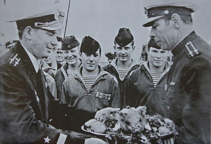 Командир ПЛ C-286 ,возвратившейся из похода, Волков Ю.П. принимает традиционного поросенка