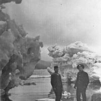 Члены экипажа С-288 осматривают куски пакового льда Охотского моря. Из архива Виктора Ряховского.