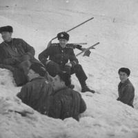 Члены команды С-288 на расчистке снега. Из архива Виктора Ряховского.