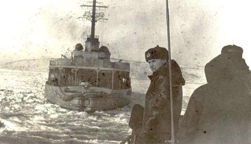 Охотское море. 1963 год. Проводка С-288 за ледоколом.
