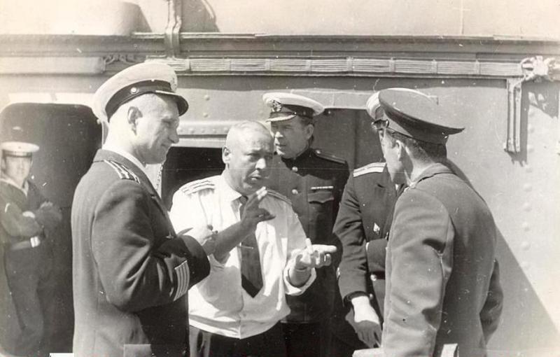 C-288. Судоремонтный завод Камчатка. 1963 год. Группа офицеров уточняет план ремонта ПЛ С-288.