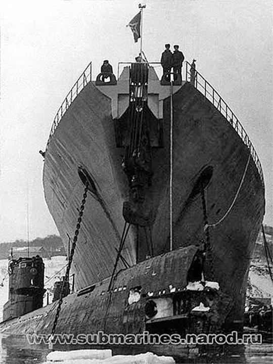 В Завойко под гинями Магаданского комсомольца. Апрель 1988 г. C-328. Ремонт носовой части у борта ПМ, КТОФ