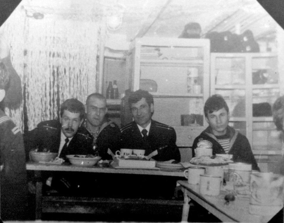 В центре капитан 2 ранга - Харченко Виктор Иосифович, командир лодки с-328