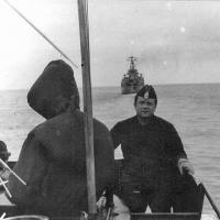 С-359. На мостике лицом к нам врач Михаил Грязев, впереди «Магаданский комсомолец». С-359 идет в Магадан, на свою новую базу. Конец августа 1987 года.