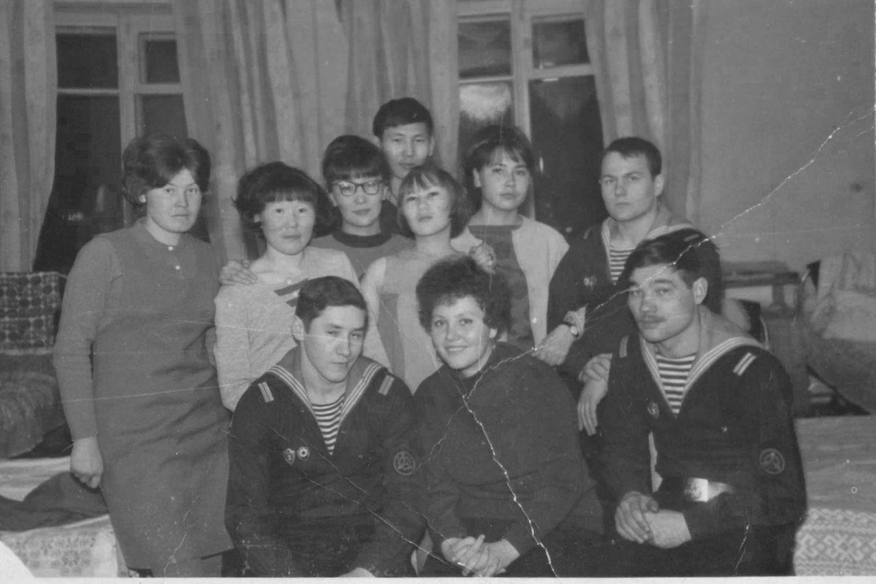 В общежитии Института народов Севера с шефами. В нижем ряду - Ахметов В., Санаров В, за ним стоит Валерий Кельм. В заднем ряду - Артамонов В.