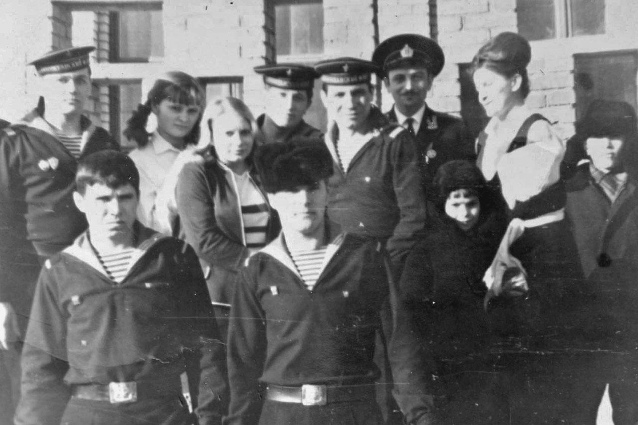 Подшефная школа в Магадане. Верхний ряд - Кельп В. в бескозырке, две пионервожатые, Мясин Юра, офицер лейтенант Лупша, рядом преподаватель.