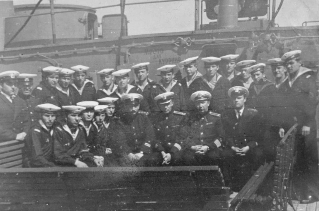 Часть экипажа С-365 во главе командиром капитаном 2 ранга. Богдановым, слева от него штурман - Гринько В.Е., справа старпом Смирнов В., Лупша... Плавбаза «Север», ориентировочно - 1968 год