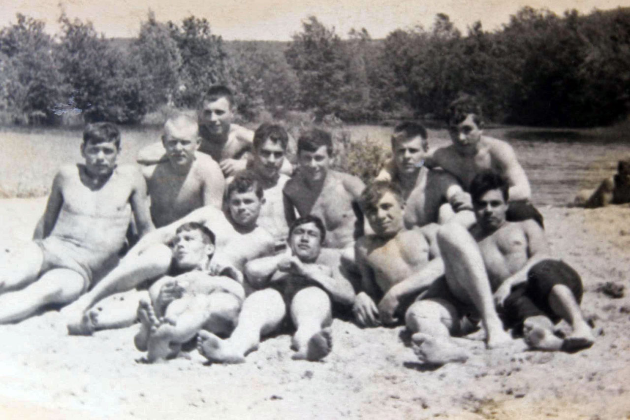 Экипаж С-365 принимает солнечные ванны.