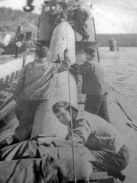 С-365. Погрузка торпед в первый отсек. Советская Гавань, бухта Постовая, 1973 год