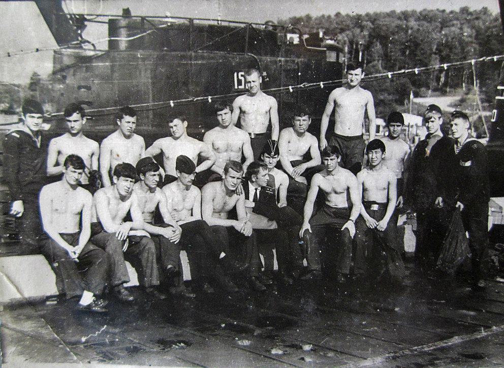 С-365. Экипаж после перехода Магадан - Совгавань на пирсе в бухте Постовая. 1972 год