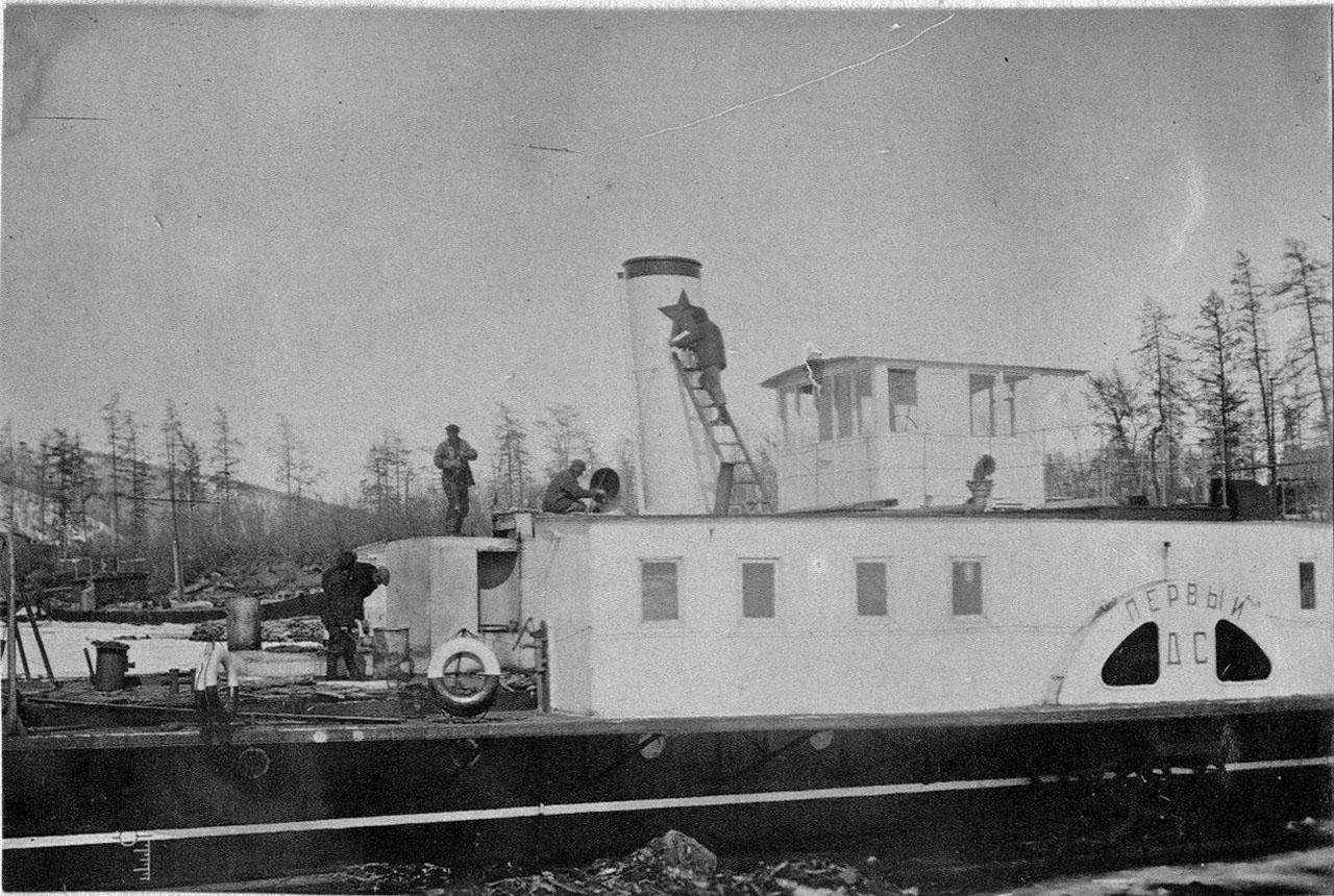 Покраска парохода «Дальстрой-1» (ДС-1). 1934 год.