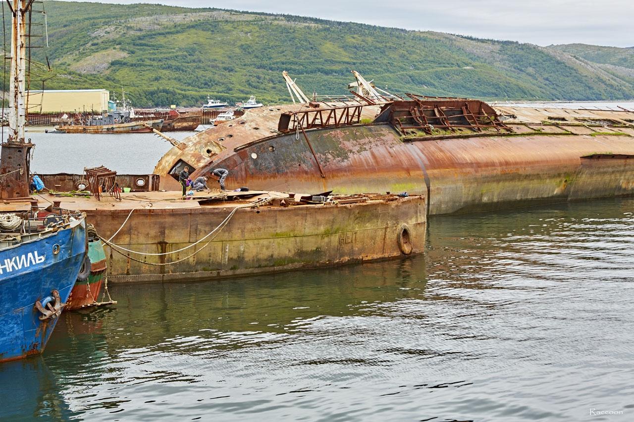 Пароход «Днепр» и затонувшая рядом с ним плавающая мастерская «Нева».