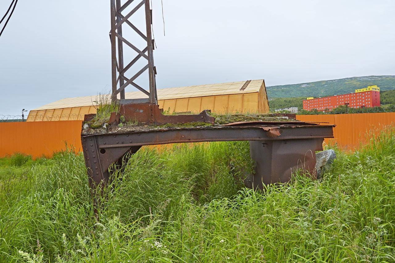 Часть корпуса парохода с мачтой.