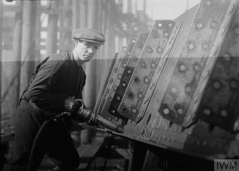 Верфь «Clyde SB. & Engineering Co., Ltd», порт Глазго (Англия). Клёпальщик за работой. 1914-1918 года.