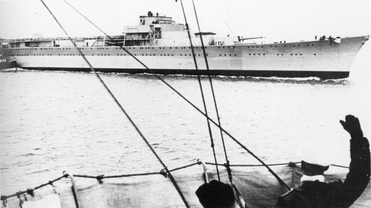 Буксировка крейсера «Лютцов» (он же «Днепр») в СССР, апрель 1940 года.