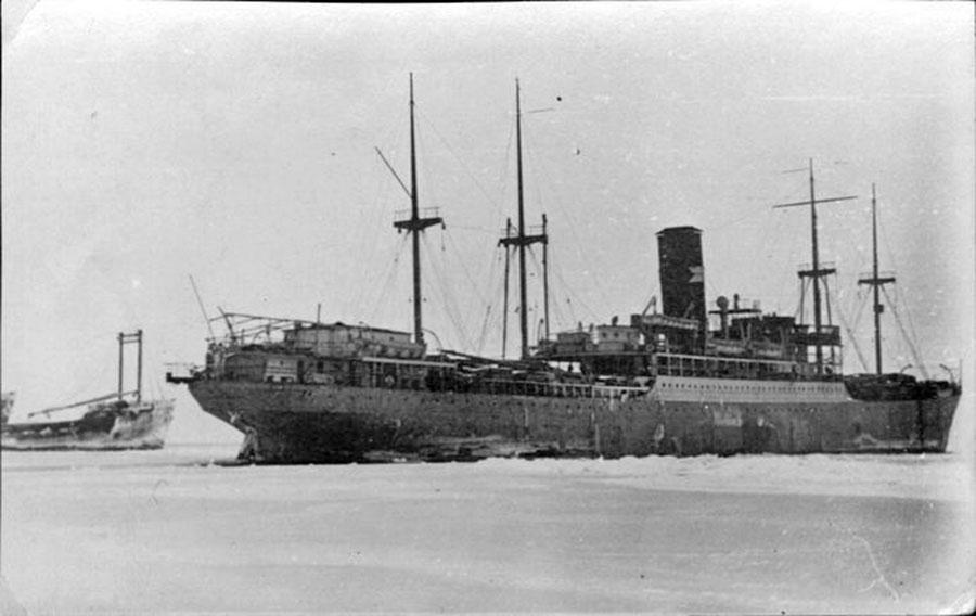 Пароход Дальстроя «Николай Ежов» («Феликс Дзержинский») в Охотском море. 1939 год.