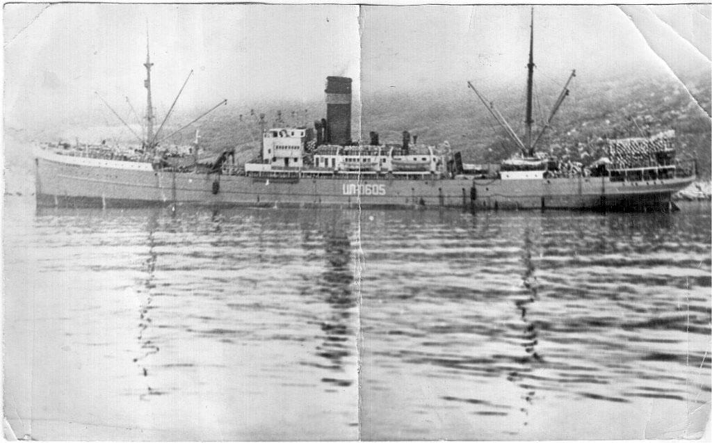 Плавбаза «Генерал Багратион» порт приписки г. Магадан, Усть Магаданский рыбокомбинат. Лето 1972 года. Берём воду у берегов Камчатки.