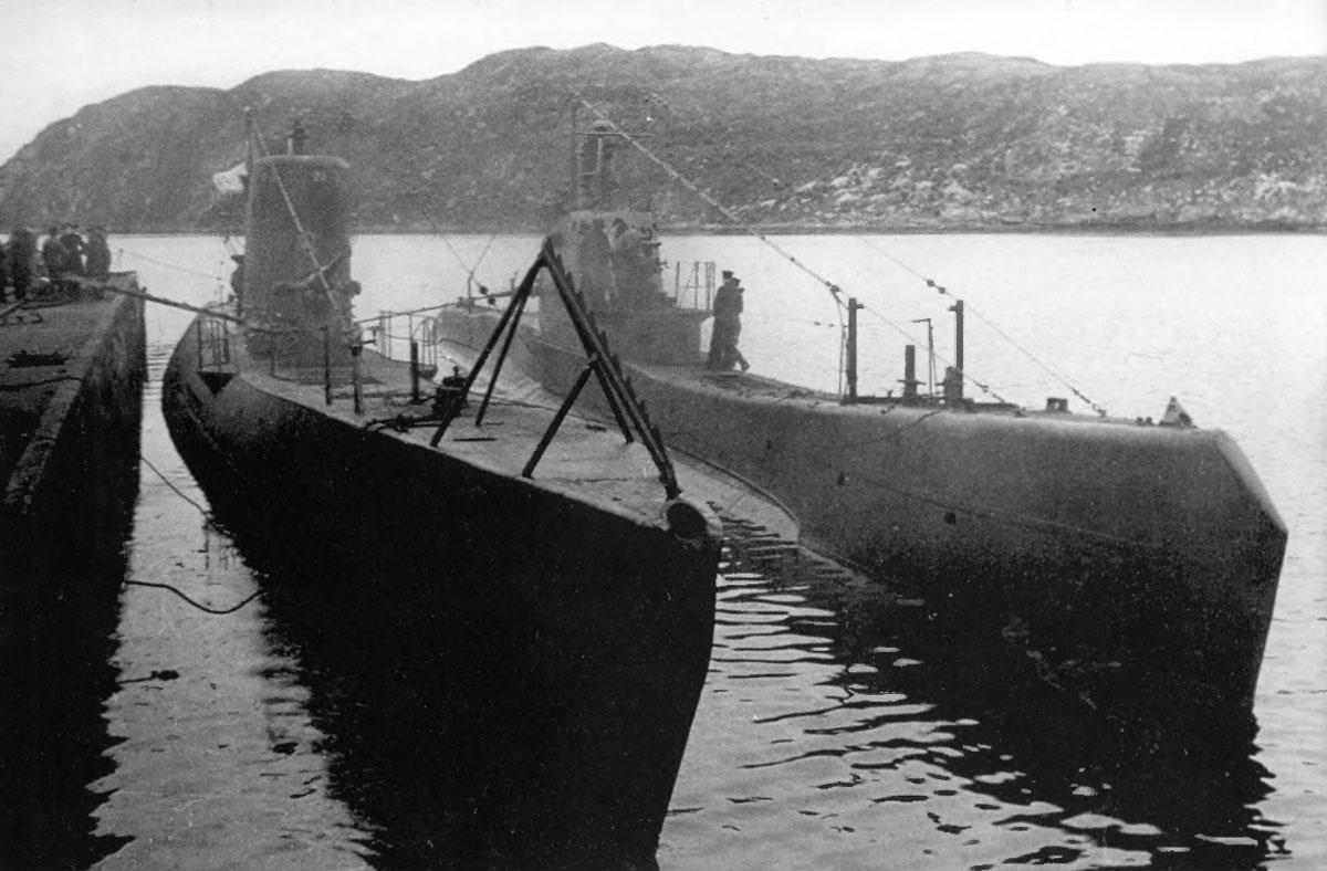 Подводная лодка «Щ-422» (справа) перед швартовкой.