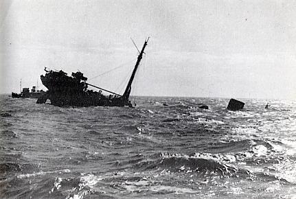 Немецкий прорыватель минных заграждений «Sperrbrecher 10» (бывший пароход «Vigo») тонет после подрыва на мине.