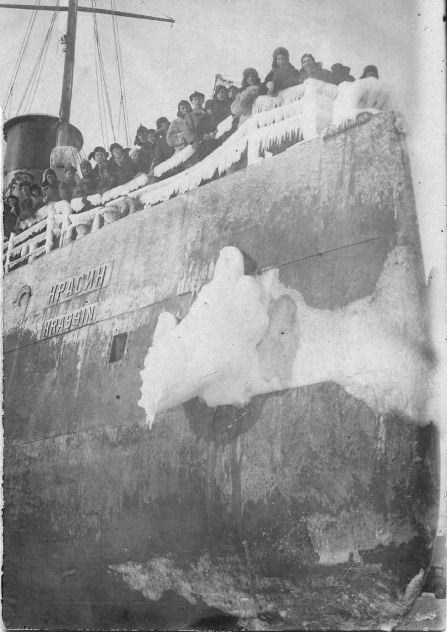 Прибытие ледокола «Красин» в бухту Нагаева в марте 1939 года.