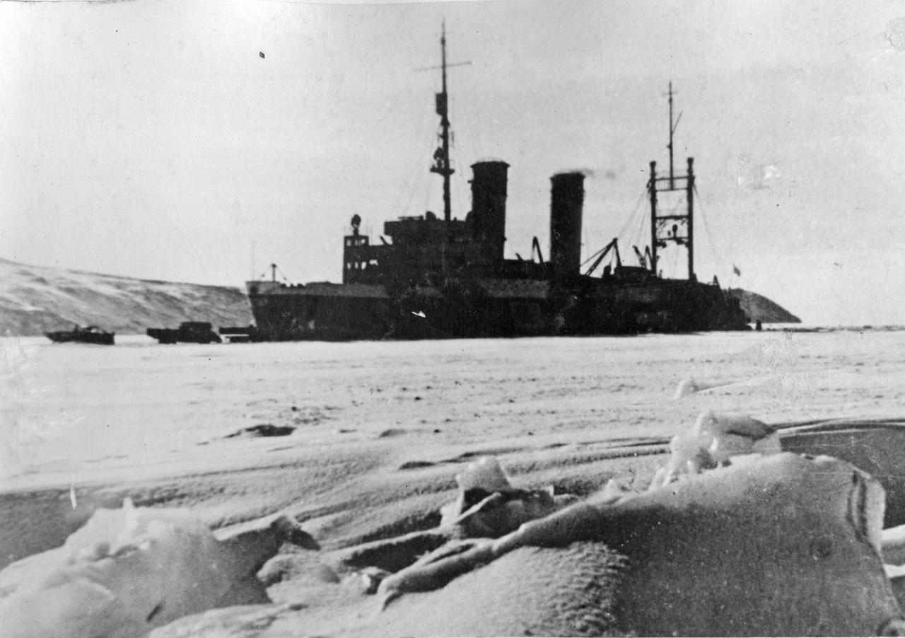 Ледокол «Лазарь Каганович» в бухте Нагаева.