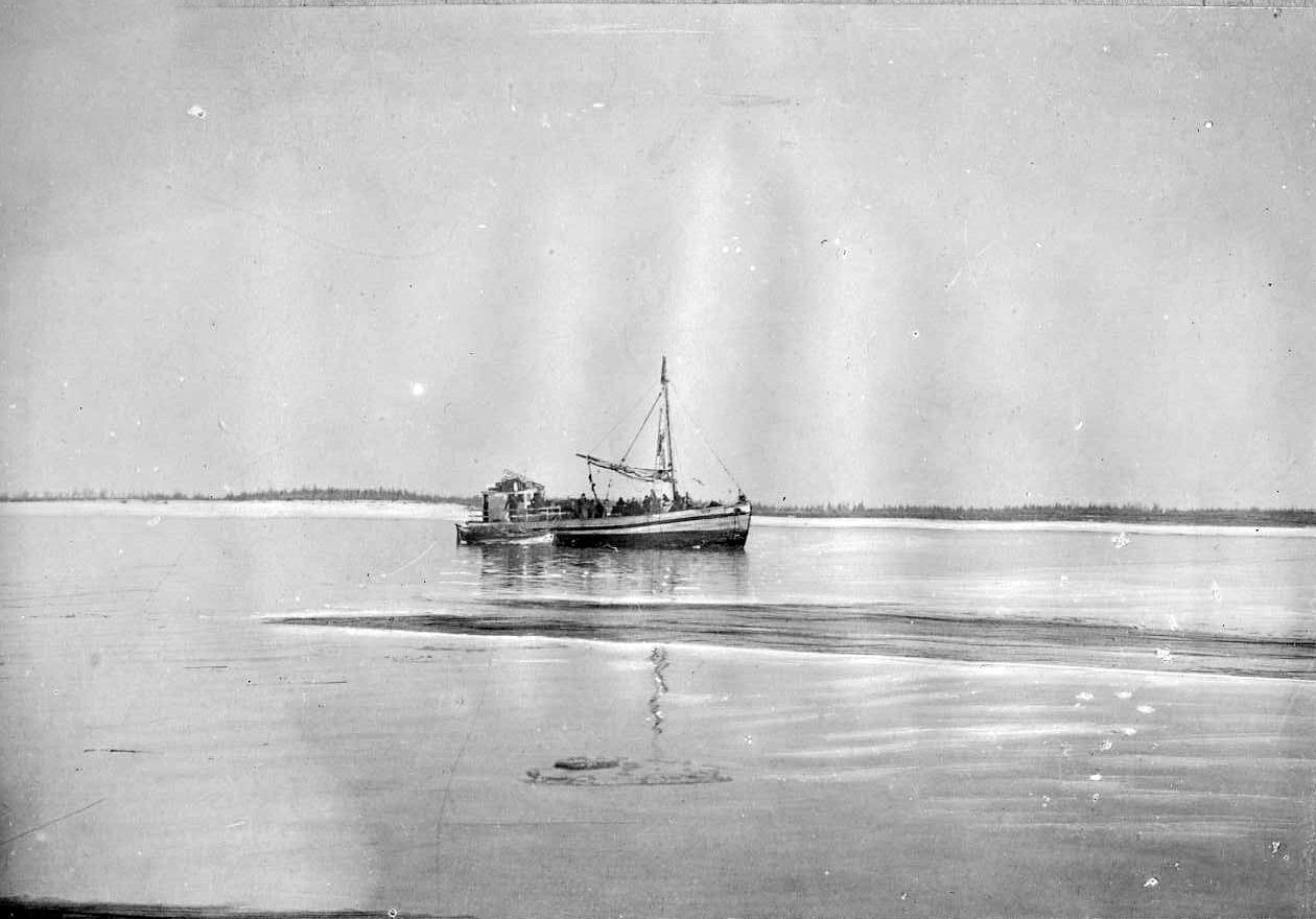 Шхуна Дальгосторга «Пионер» на реке Колыма. 1929 год.