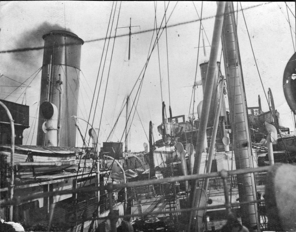 К пароходу «Сахалин» пришвартован ледорез «Федор Литке». Январь 1932 года.