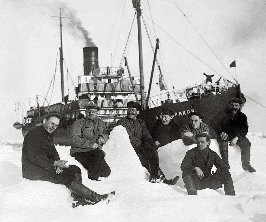 Ледокольный пароход «Александр Сибиряков» во льдах.