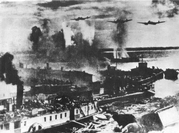 Немецкая авиация наносит удар по переправе.
