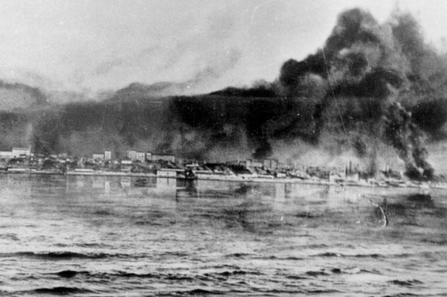 Сталинград во время бомбежки. Фото с противоположного берега Волги.