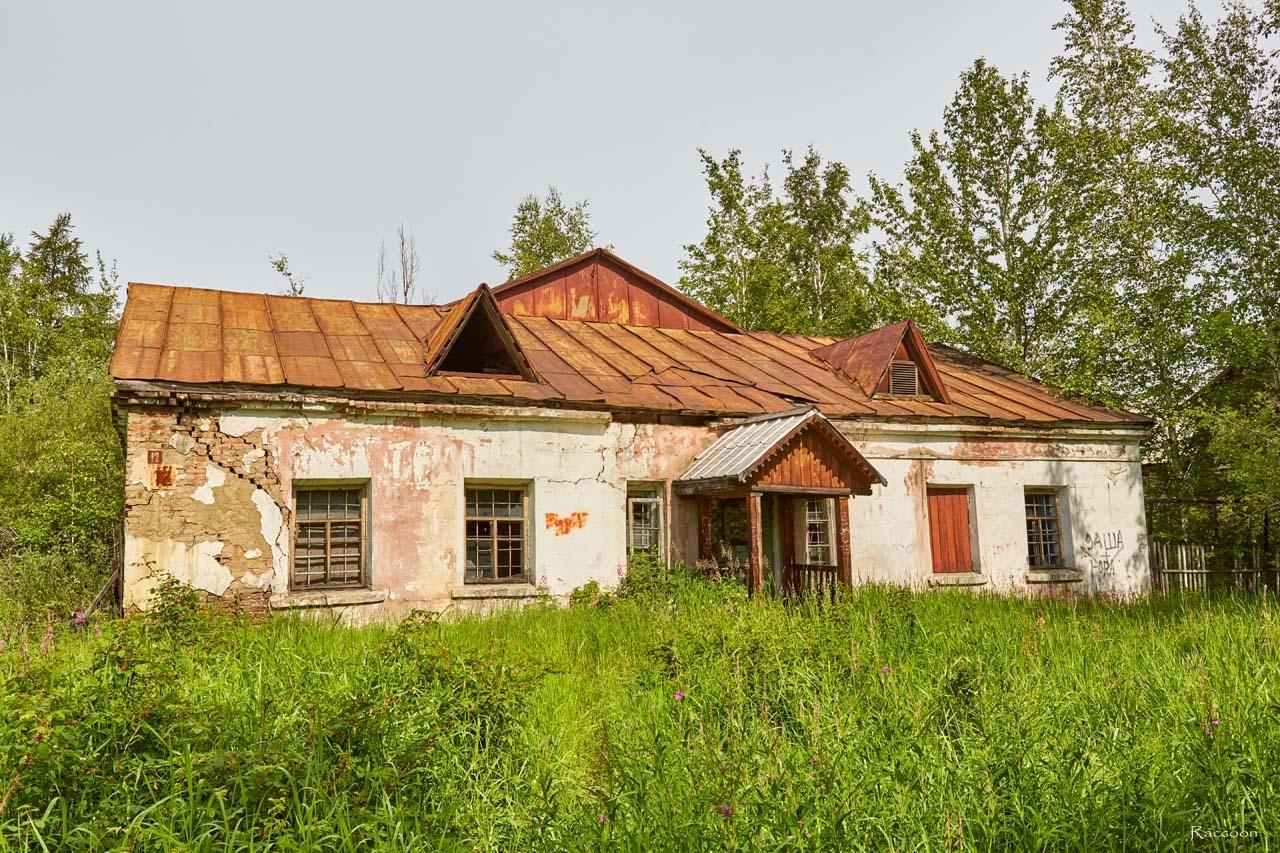 Здание у сквера. Поселок Сеймчан. 2017 год.