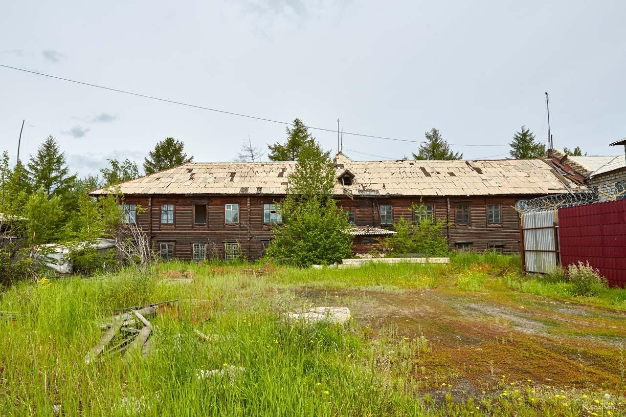 Дворовая часть здания бывшего Сеймчанского РайГРУ. Поселок Сеймчан. 2017 год.