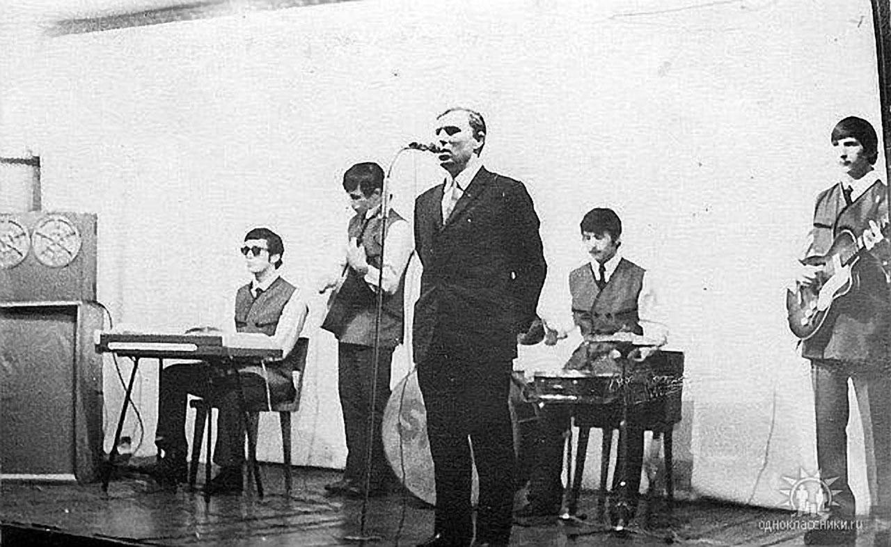 Клуб посёлка Топографический. Концерт силами школы-интерната. Поет Юрий Александрович Денисов. 1971-72 года.