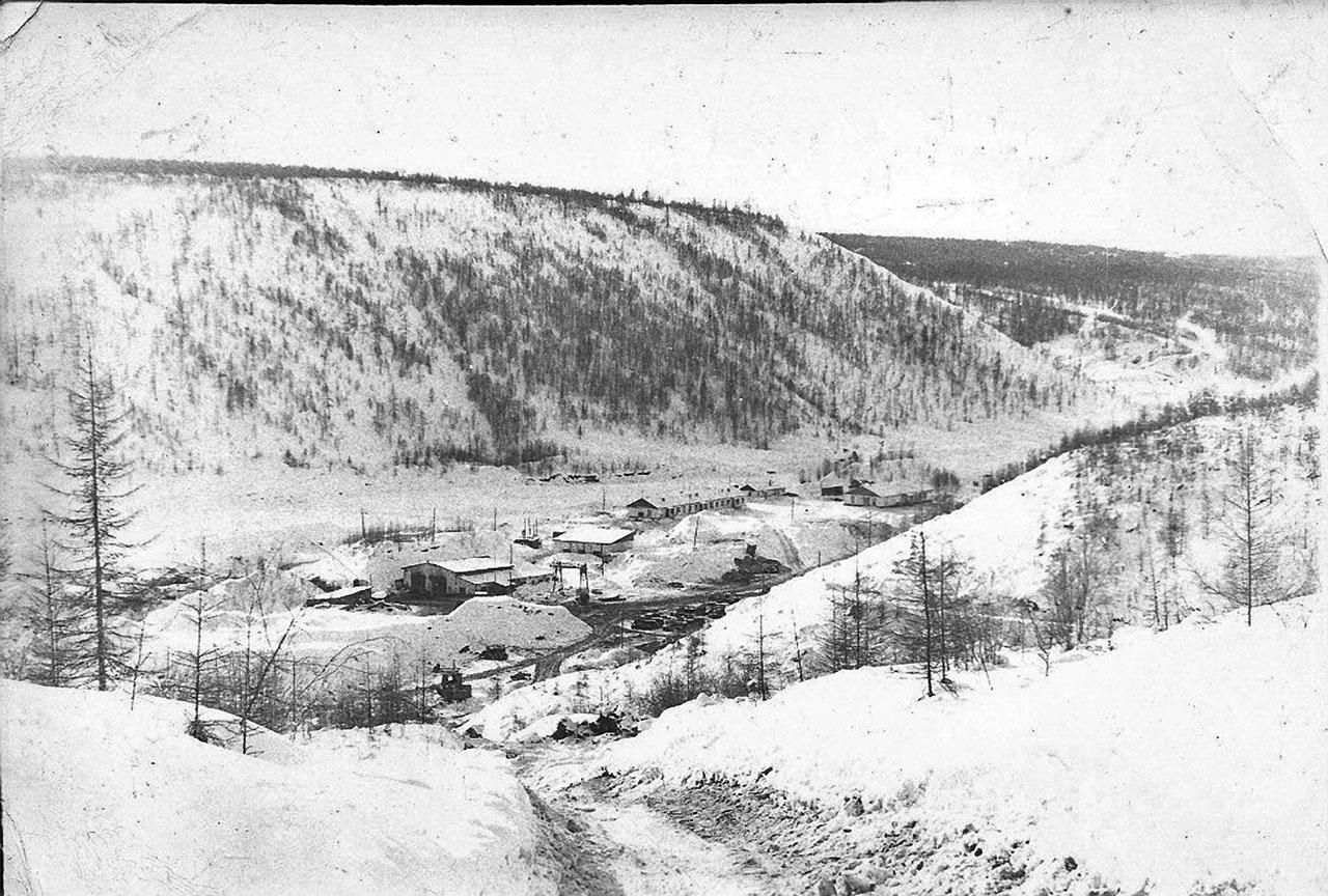На фото стан стан старательской артели «Победа» на месте бывшего посёлка Топографический...