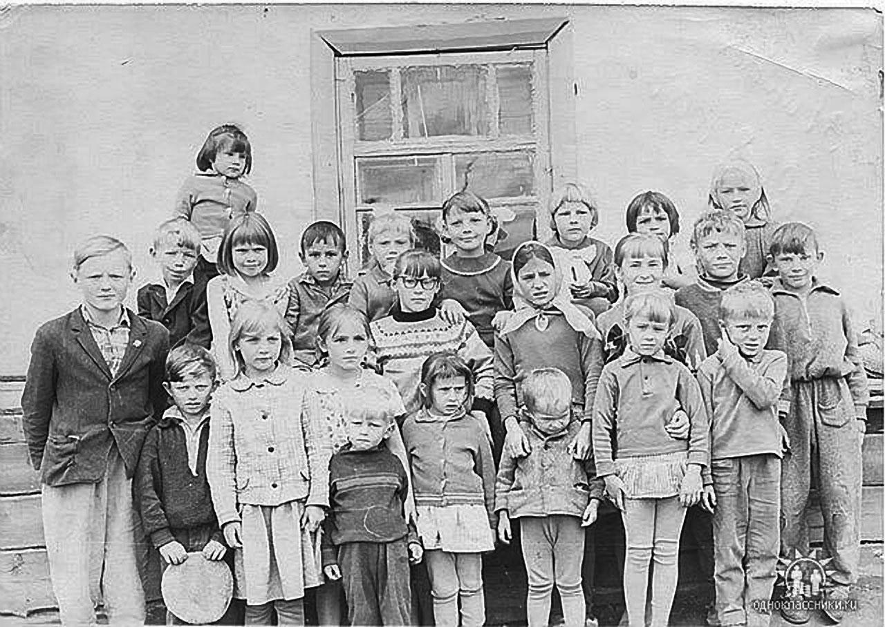 Ученики начальной школы посёлка Топографический. 1968 год.