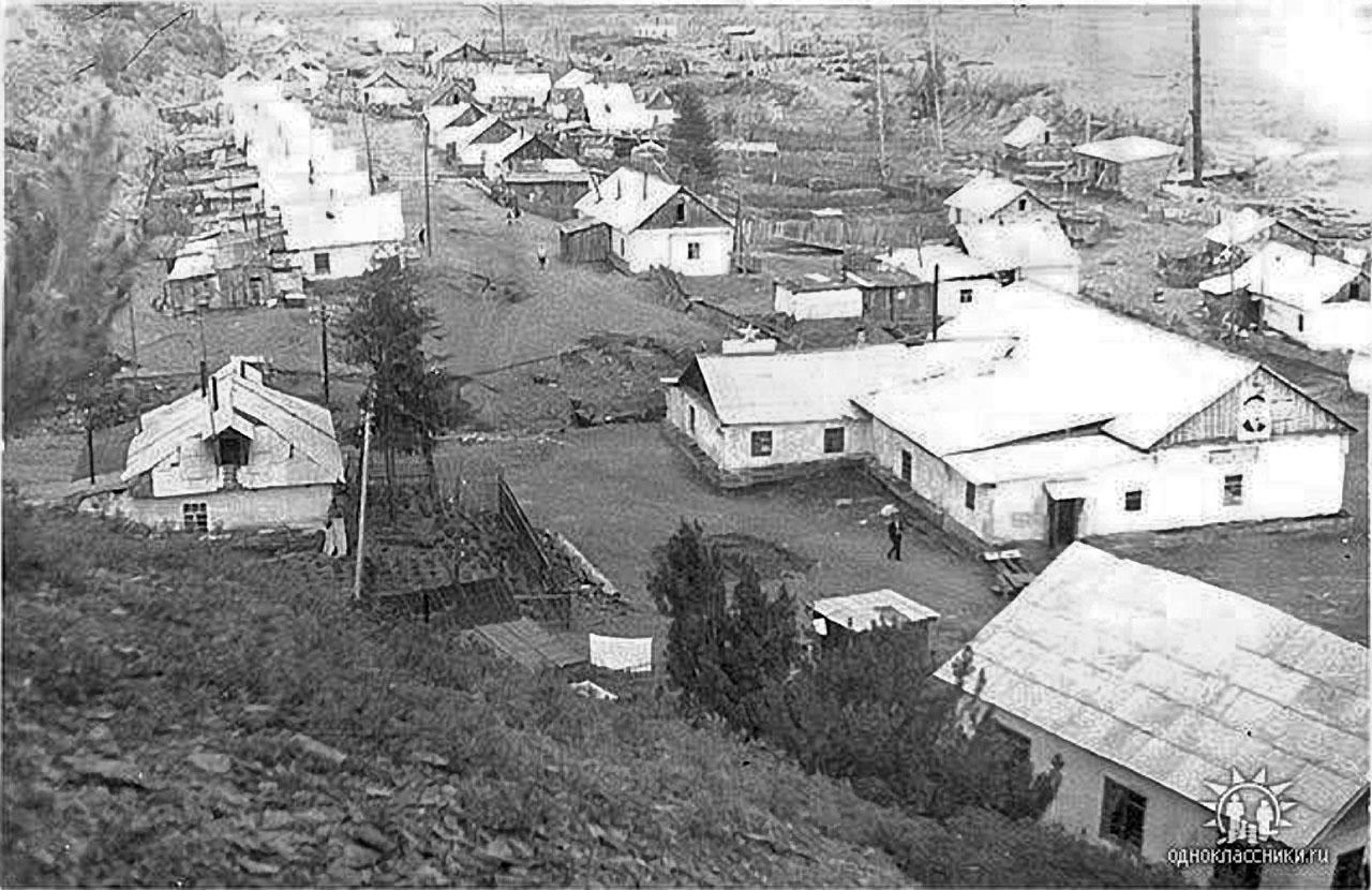 Посёлок Топографический. В правом углу видна приисковая контора, слева - почта. Рядом клуб, - на фасаде - портрет Ленина. Пристройка к клубу - столовая.