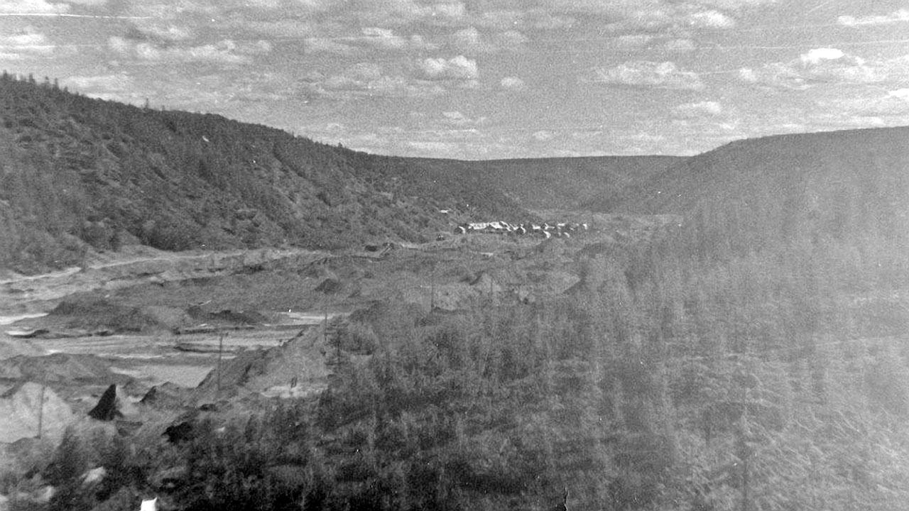 За отработанными полигонами, вдали виднеется поселок Топографический.